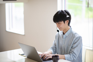 オンライン授業を受ける学生の写真素材 [FYI04599264]