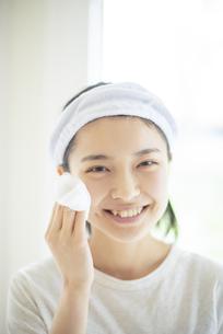 洗顔をする若い女性の写真素材 [FYI04599281]