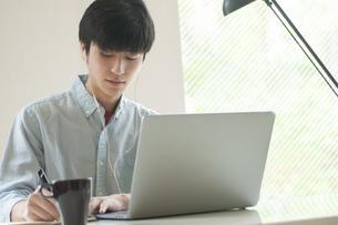オンライン授業を受ける学生の写真素材 [FYI04599359]