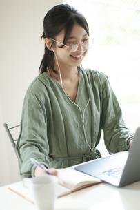 オンライン授業を受ける学生の写真素材 [FYI04599365]