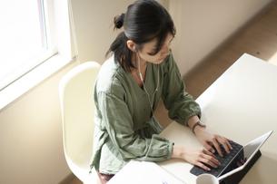 オンライン授業を受ける学生の写真素材 [FYI04599379]