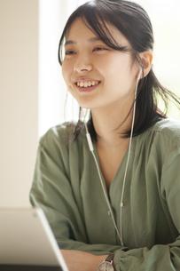 パソコンの前に座る学生の写真素材 [FYI04599381]