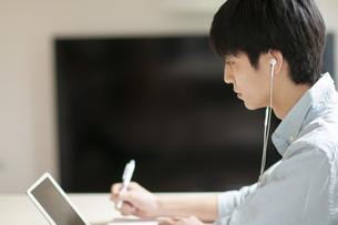 オンライン授業を受ける学生の写真素材 [FYI04599384]