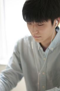 イヤホンをつける学生の写真素材 [FYI04599387]