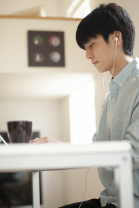 オンライン授業を受ける学生の写真素材 [FYI04599392]