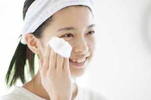 洗顔をする若い女性の写真素材 [FYI04599403]
