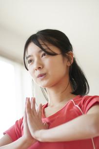 家でヨガをする若い女性の写真素材 [FYI04599414]