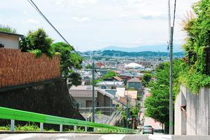 岡本三丁目の坂(せたがや百景 せたがや地域風景資産)は、多摩川(仙川)が武蔵野台地を削った段丘の写真素材 [FYI04599511]