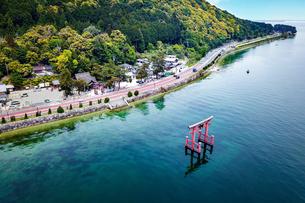 白髭神社を琵琶湖側から空撮の写真素材 [FYI04599643]