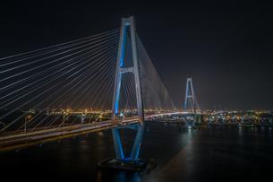 名港トリトン中央大橋の夜景の写真素材 [FYI04599644]