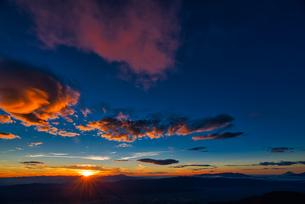 常念岳山頂からの日の出の写真素材 [FYI04599749]