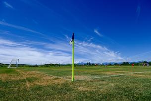 サッカーグランドと青空の写真素材 [FYI04599803]