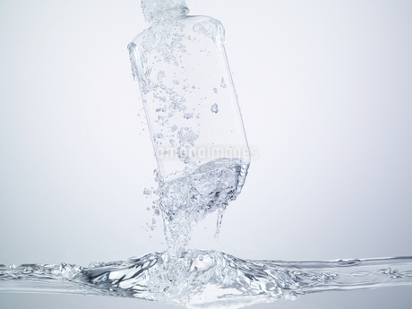 水の中のウォーターボトルのイメージの写真素材 [FYI04600121]