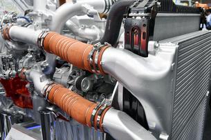 大型トラックのエンジンの写真素材 [FYI04600127]