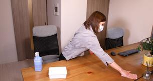 OL 女性 消毒 感染予防 手首消毒 アルコール エタノール 消毒ジェル の写真素材 [FYI04600136]