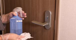 OL 女性 消毒 感染予防 手首消毒 アルコール エタノール 消毒ジェル の写真素材 [FYI04600137]