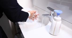 男性 サラリーマン 消毒 感染予防 手首消毒 手洗いの写真素材 [FYI04600140]