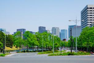国会前交差点と皇居外苑を取巻く官庁街や高層ビル群の写真素材 [FYI04600185]