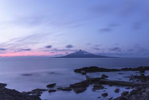 夜明けの利尻富士の写真素材 [FYI04600266]