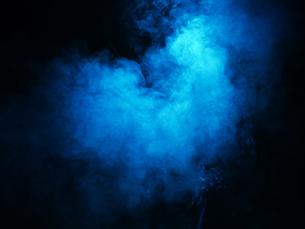 暗闇の中の煙の素材の写真素材 [FYI04600361]
