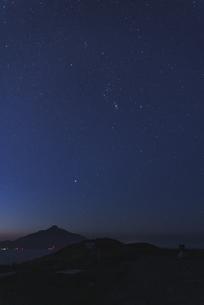 夜明け前の星空の写真素材 [FYI04600433]