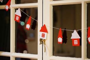 クリスマスの夜の窓飾りの写真素材 [FYI04600614]