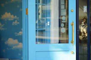 青いドアの写真素材 [FYI04600646]