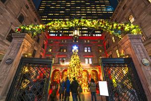 冬の夜ミッドタウンマンハッタンのニューヨークパレスホテルの中庭に設置されたクリスマスツリーを鑑賞する人々。の写真素材 [FYI04600762]