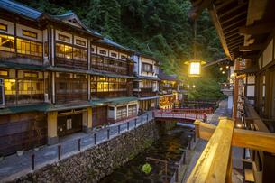 銀山温泉の夜景の写真素材 [FYI04600838]