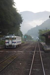 JR肥薩線の車窓風景 早朝の白石駅の写真素材 [FYI04600842]