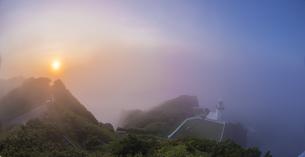 北海道 自然 風景 室蘭市 雲海からの日の出の写真素材 [FYI04600863]