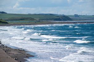 波が打ち寄せる海岸線の写真素材 [FYI04600947]