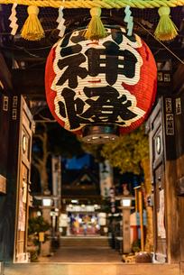 夜の櫛田神社の写真素材 [FYI04601014]