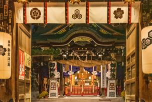 夜の櫛田神社正面の写真素材 [FYI04601015]