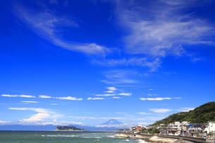 七里が浜から望む夏富士と江の島の写真素材 [FYI04601039]