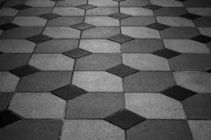 タイルを幾何学図形に配置した床の写真素材 [FYI04601089]