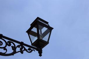 アンティークなデザインの街灯のクローズアップ写真の写真素材 [FYI04601106]
