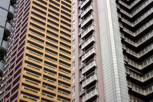 様々なデザインのマンションが立ち並ぶ都会の街並みの写真素材 [FYI04601108]