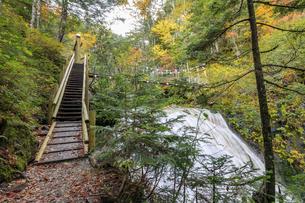 三本滝へと向かう途中にある吊り橋と小大野川 長野県松本市の写真素材 [FYI04601355]