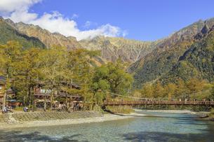 秋の上高地 穂高連峰と河童橋 長野県松本市の写真素材 [FYI04601438]