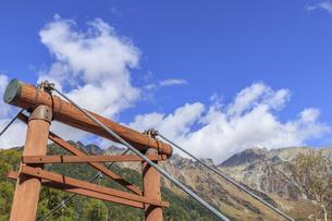 秋の上高地 穂高連峰と河童橋 長野県松本市の写真素材 [FYI04601447]