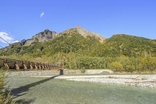 秋の上高地 穂高連峰と明神橋 長野県松本市の写真素材 [FYI04601456]