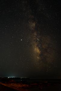 海岸から海の向こうに見える天の川の写真素材 [FYI04601465]