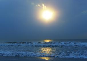 朝日に輝く九十九里の海の写真素材 [FYI04601478]
