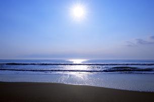 朝日に輝く九十九里の海の写真素材 [FYI04601480]
