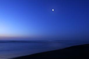 三日月と夜明けの九十九里の海の写真素材 [FYI04601483]
