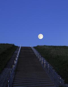 荒川土手の階段と満月の写真素材 [FYI04601484]