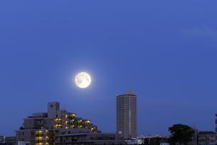 満月と高層集合住宅の写真素材 [FYI04601486]