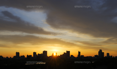 荒川土手から見る日の出と川口市の高層タワーマンション群の写真素材 [FYI04601495]