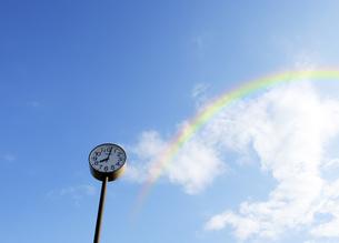 公園の時計台と虹の写真素材 [FYI04601497]